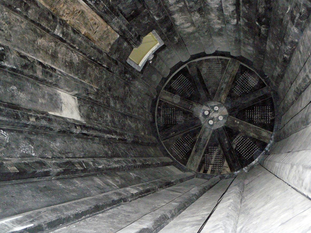 Vgradnja protiobrabnih gumi oblog za kugelne mline (pretočni mlin)