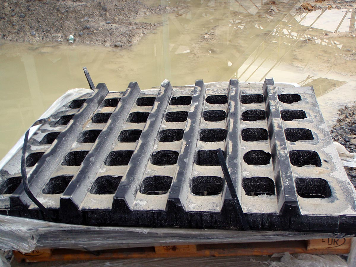 Panelno, ojačano samonosilno sito iz gume za velike granulacije