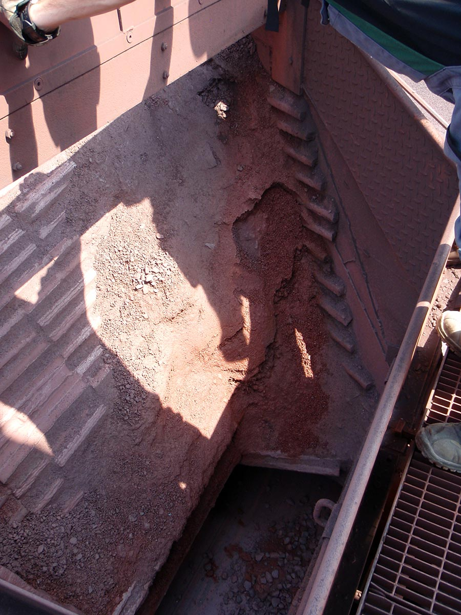 Vgradnja protiobrabnih gumi/keramičnih oblog pri pretovoru železove rude